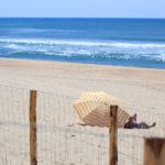 Parasol sur la plage de la Garonne au Cap Ferret