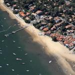 Vue aérienne de la plage de la jetée du village de Grand Piquey