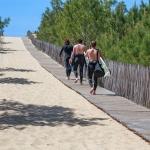 Surfeurs en direction de la plage de la Garonne à Lège-Cap Ferret