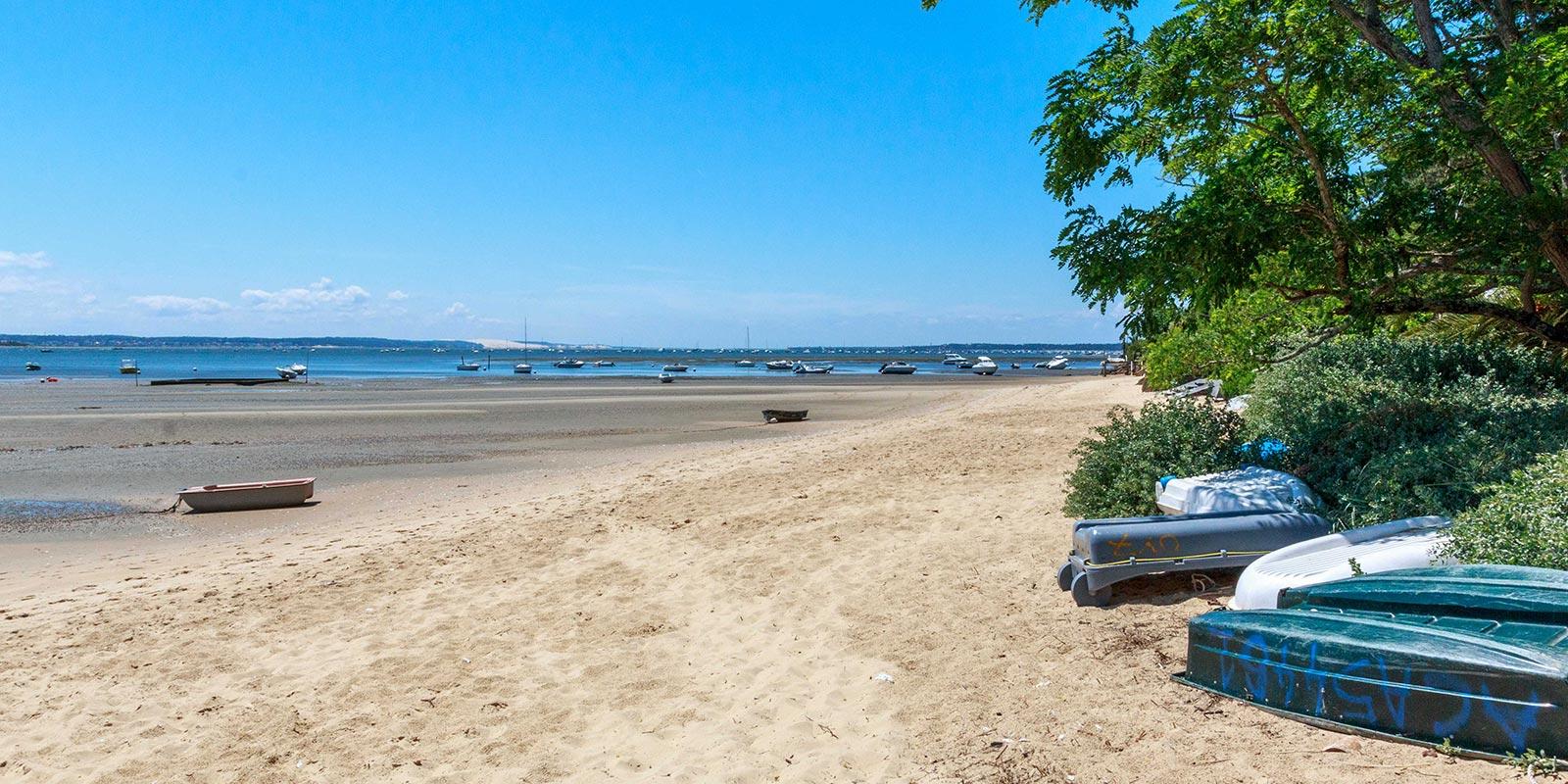 Vue sur la plage des Jacquets au bord du bassin d'arcachon