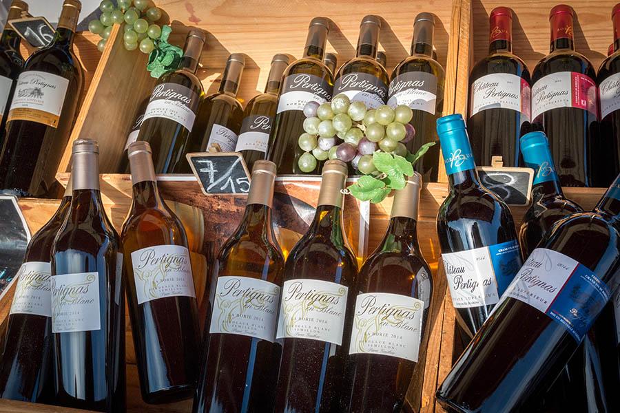 Bouteilles de vin au marché de Piraillan au Cap Ferret