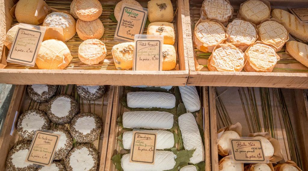 Etalage de fromages sur les marchés du Cap Ferret