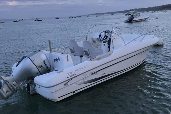 Bateau à moteur Beneteau disponible à la location au Cap Ferret