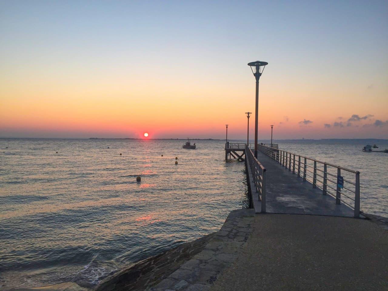 Jetée d'embarquement pour une balade en bateau au lever du soleil depuis le Cap Ferret