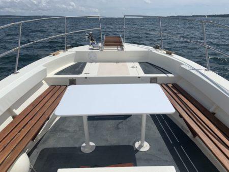 Table de pique nique sur un bateau de location au Cap Ferret