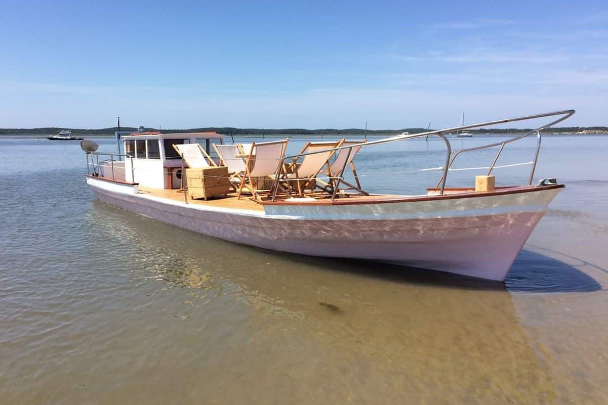 Chaland ostréicole aménagé pour accueillir des touristes en balade depuis le Cap Ferret