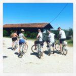Groupe d'amis lors d'une balade à vélo au Cap Ferret