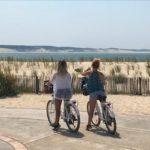 Deux amies contemplent la pointe et la dune du Pilat depuis le Cap Ferret