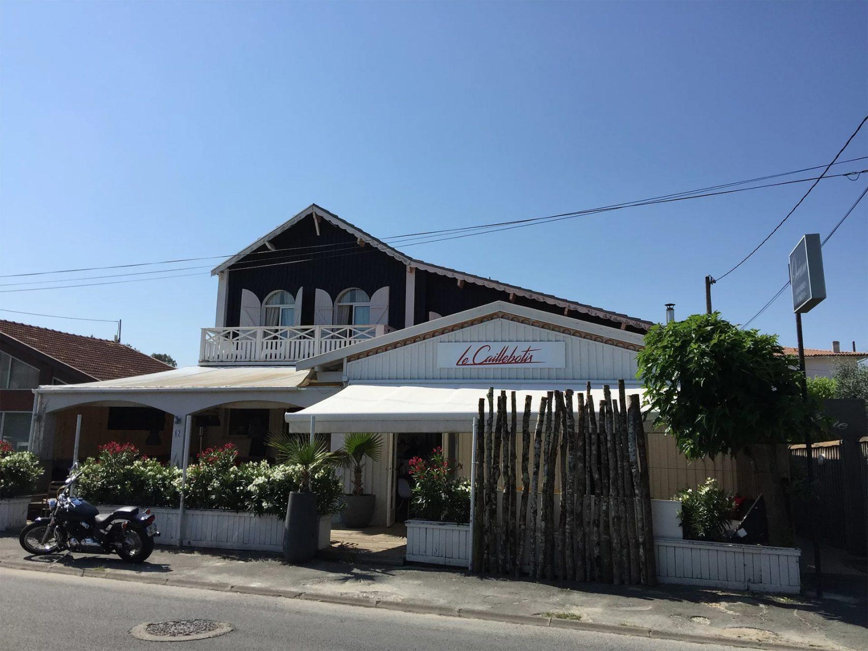 Façade de l'hôtel Le Caillebotis à Lège Cap Ferret