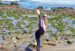 Professeure de yoga sur une plage