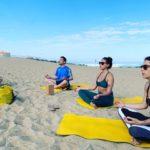 Plusieurs élèves de yoga en pleine méditation après une séance de yoga au Cap Ferret