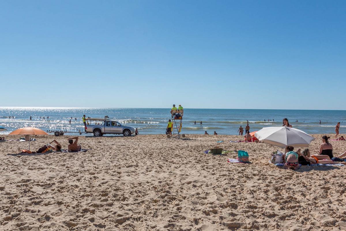 Baignade surveillée par les MNS sur une plage du Cap Ferret