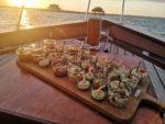 Dégustation de fruits de mer sur un chaland ostréicole