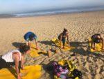 Cours de yoga sur une plage du Cap Ferret