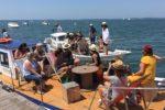 Groupe d'amis profitant d'une balade en chaland sur le Bassin d'Arcachon