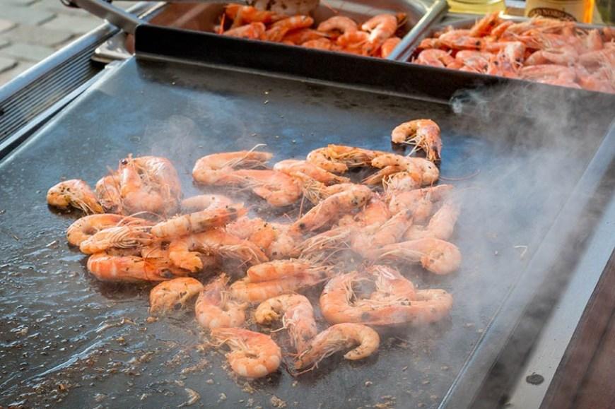 Crevettes en train de cuire sur lune plancha d'un stand du marché du Cap Ferret