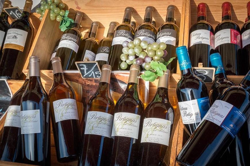 Bouteilles de vin rouge sur un étalage du marché du Cap Ferret